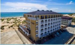 Отель в 10 метрах от собственного пляжа и с  большим бассейном